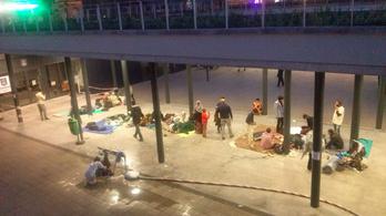 Több száz menekült rekedhet éjjel az esős utcán