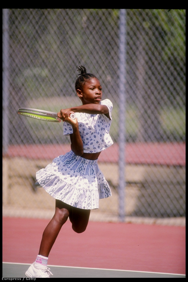Serena Williams fejtetőre fésült frizurával, mintás kétrészes szettben gyakorolt 1992-ben.