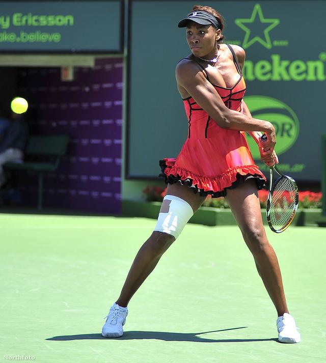 Venus Williams egy fodros, kombinéra emlékeztető fekete-rózsaszín ruhában játszott Angieszka Radwanska ellen a 2010-es Sony Ericsson Openen Floridában.