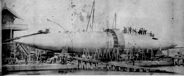 """A Ferry Bay-en bemutatott járművet akkor """"Hengeres hajóként"""" emlegették. """"Egy új korszak veszi kezdetét a tengeri építészetben."""" – számoltak be a korabeli újságok a kezdetleges tengeralattjáróról."""