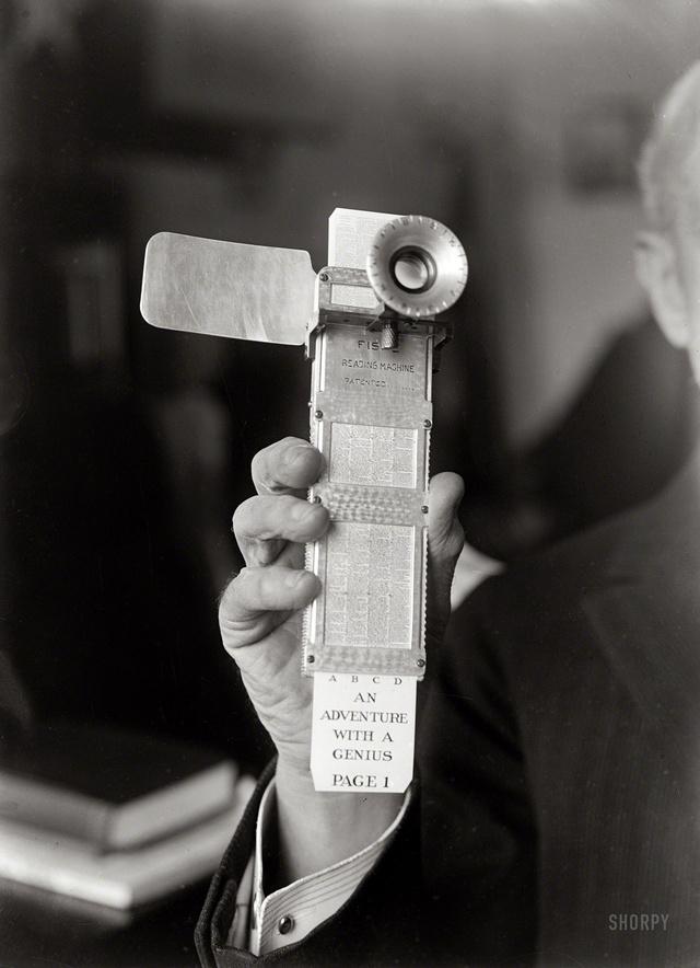 """1922-ben a Fiske Reading Machine nevű szerkezettel akarták modernizálni az elavult könyveket. """"A Fiske Reading Machine-nak köszönhetően a könyvek feleslegessé válnak!"""" – szólt a reklámszöveg közel száz évvel ezelőtt."""