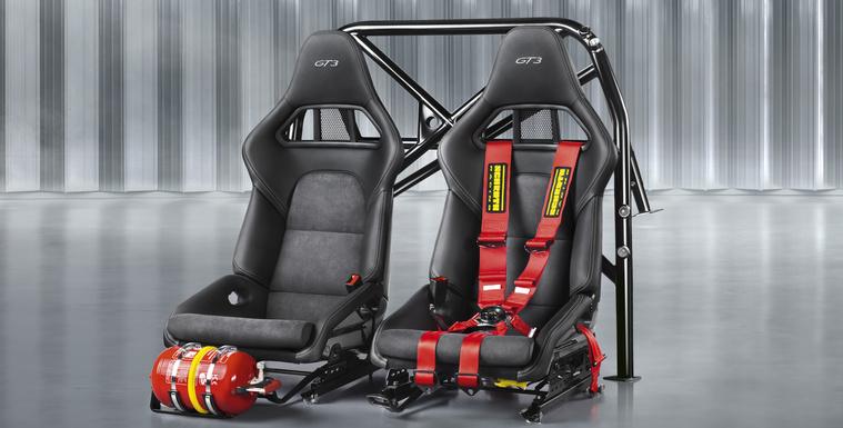 A Club Sport-csomag bukókeretet, két versenyülést, hatpontos, körcsatos öveket és tűzoltókészüléket tartalmaz
