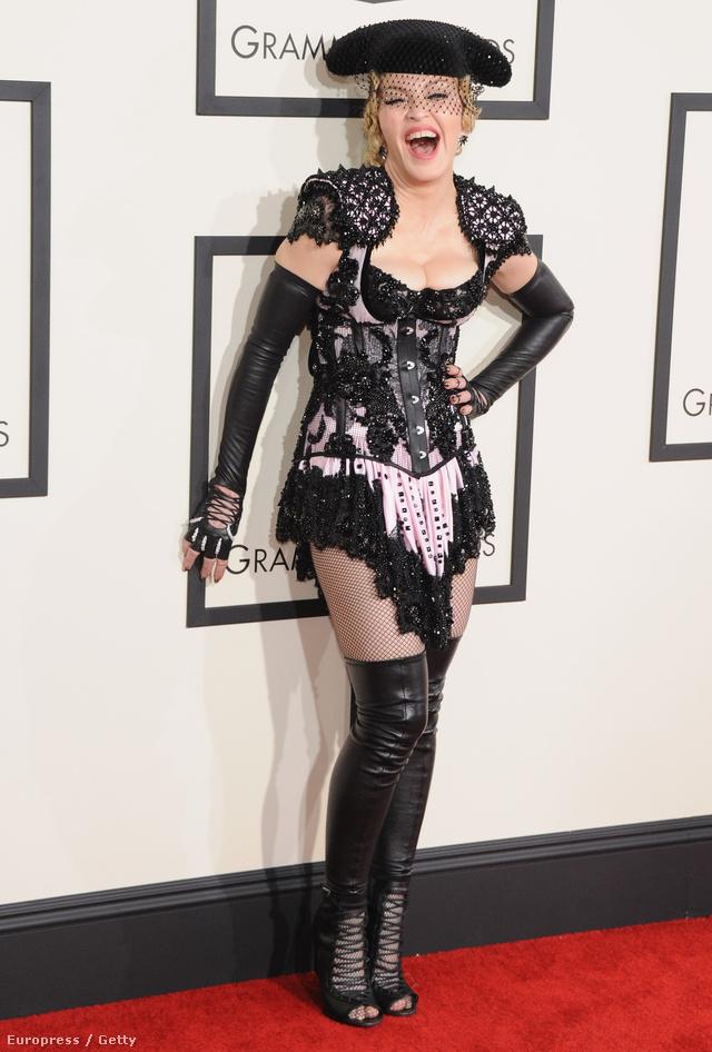 Madonna az 57. Grammy díjátadón viselte ezt a Givenchy által tervezett újragondolt, fűzős Matadornő ruhát. A Wolford necc harisnyával kombinált merész egyrészest többen is túlzásnak tartották a tavaszi szezonban.