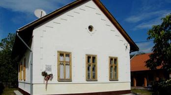 Gyönyörűen felújított vasútállomást árulnak családi háznak