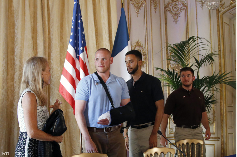 Jane Hartley az Egyesült Államok francia nagykövete valamint az amerikai Spencer Stone Anthony Sadler és Alek Skarlatos (b-j) miután sajtótájékoztatót tartottak a párizsi amerikai nagykövetségen 2015. augusztus 23-án.