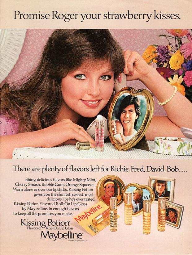 """A szexuális forradalom jól láthatóan elérte a reklámszakmát is, így a hetvenes években a Maybellinnek sem volt ciki csókolózásra buzdító kampánnyal befuttatni első ajak ápoló termékcsaládját, a Kissing Potiont. A golyós termékek különféle """"ragacsos"""", rágógumis, cseresznyés, mentás, epres és narancsos ízesítésben voltak kaphatóak."""
