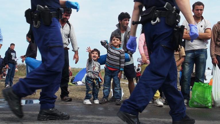 A bevándorlók gond nélkül jönnek át a kerítésen