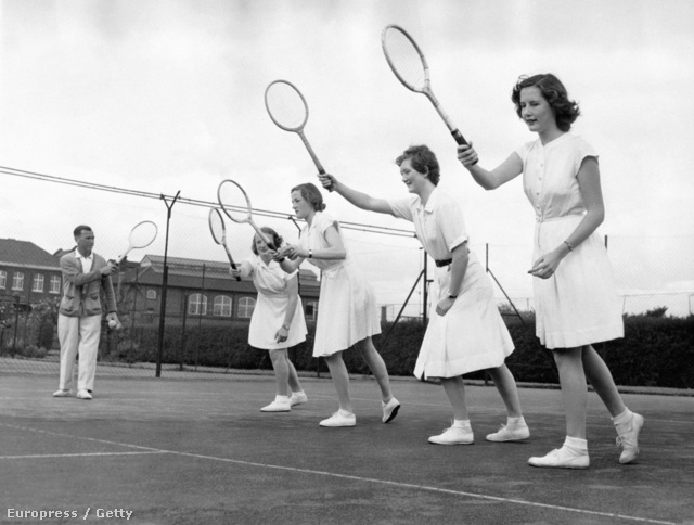 Rövid ujjú pólóban és térdig érő szoknyában edzették a fiatal tehetségek Párizsban, a huszadik század elején.