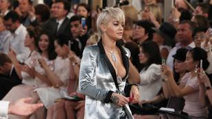 Rita Ora talán egy időgépben találta a fellépőruháját