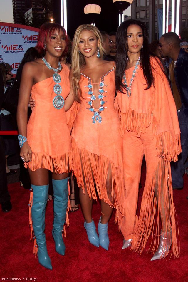 Minden idők egyik legjobb vörös szőnyeges pillanatát a Destiny's Childnak köszönhetjük. A trió 2001-ben indult ebben a lazac színű rojtos kollekcióban mulatni.