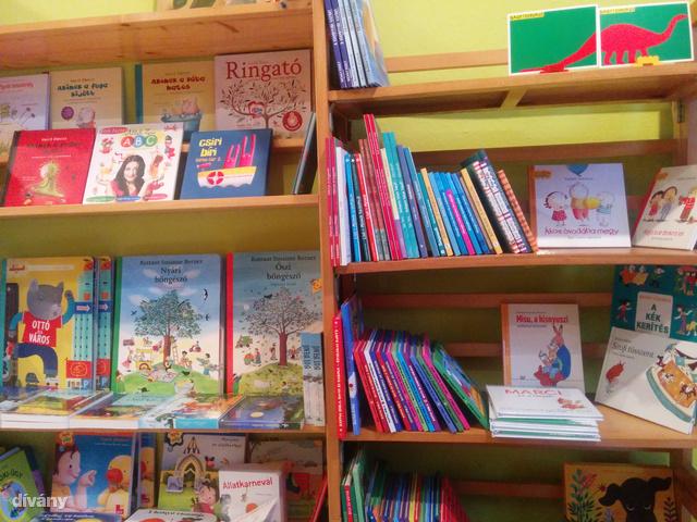 A két egér látszólag csak egy könyvesbolt, belvárosi anyukák kedvenc könyveivel.