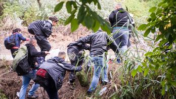 21 bevándorlót zsúfoltak egy kisteherautóba az embercsempészek