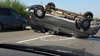 Felborult autó, mentőhelikopter: több baleset az M5-ösön