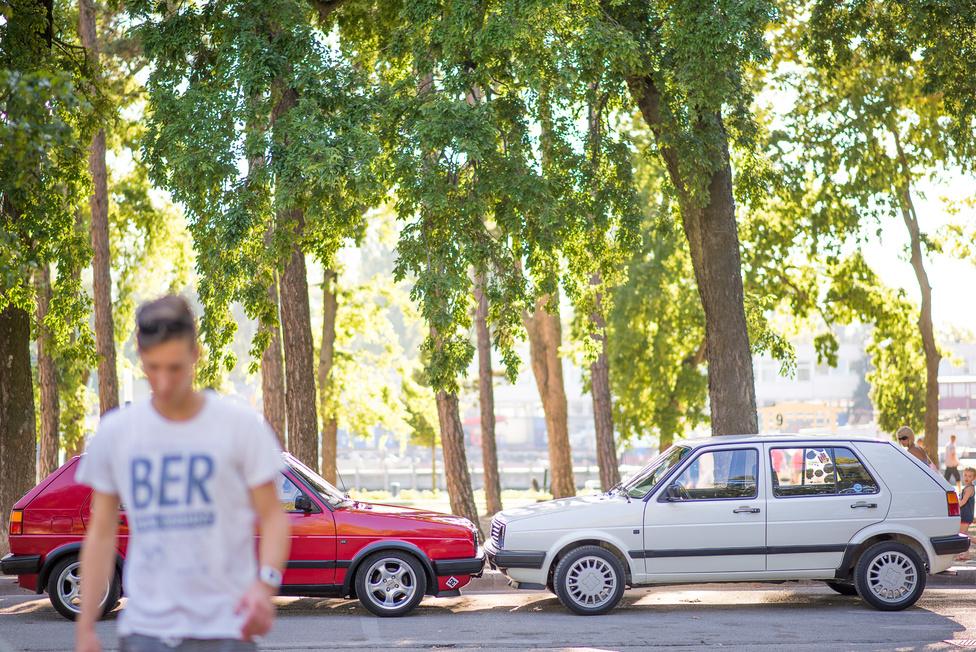 A piros Golfot Tibor Siófokon, egy utcával odébb vette egy bácsitól, 92 ezer kilométerrel. Mivel Tibor a Siófoki Bányász U19-es csapatában játszik, ez nem lehetett olyan régen. Az autó viszont a fehérhez hasonlóan 1991-es évjáratú, és 1992-ben hozták be Svájcból. Hogy miért lett piros, nem tudni, de ha megnyomjuk egy kicsit a gumikédereket, látszik is az eredeti fehér festés. Ráadásul, ezt kapják ki, a nagypapának falubelije a bácsi, mindketten Ozoráról származnak.