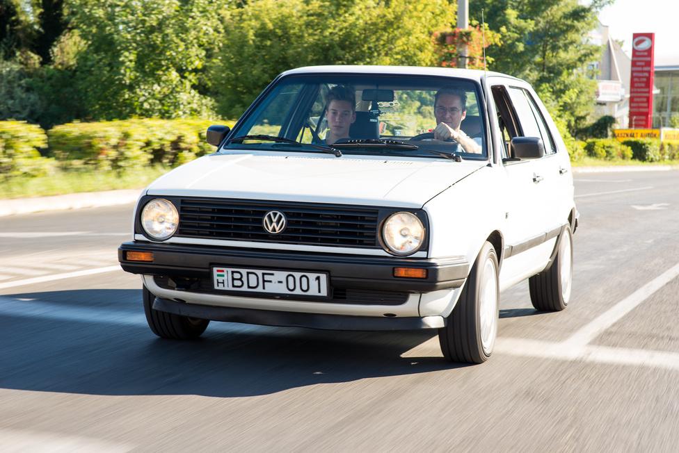 Az autó a Merkur leszálló ágának időszakából származik, amikor már csepp Kadettet, és hasonló nyugati típusokat is árultak: 1991. A nagypapa tulajdonképpen nem az első tulajdonos, mert eredetileg egy merkuros vette meg, de akkor jött ki a 3-as Golf, ez már nem volt neki elég progresszív, úgyhogy négyezer kilométerrel adta el. Na azóta egygazdás ez a fehér Golf, és a családi márkafanatizmust látva nem is áll meg a harmadik generációnál. Mármint családban marad.
