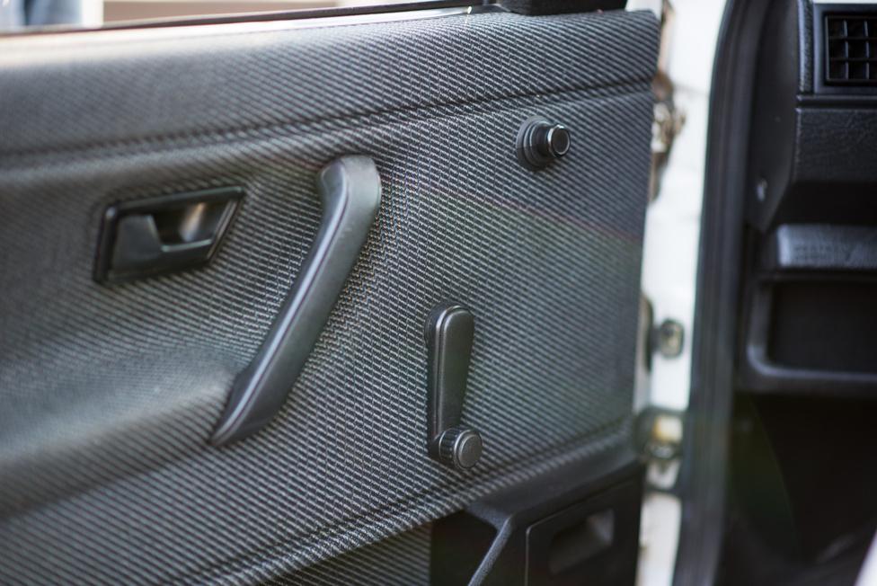Nagyon fapados a Golf, természetes, hogy tekerős az ablak és motormentes a külső tükör.