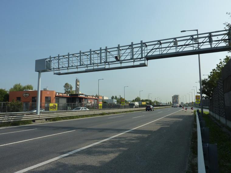 Az M1-M7 autópálya bevezető szakaszán hónapok óta látható ez a radaros sebességmérő. Elvileg még nem működik, legfeljebb teszelik
