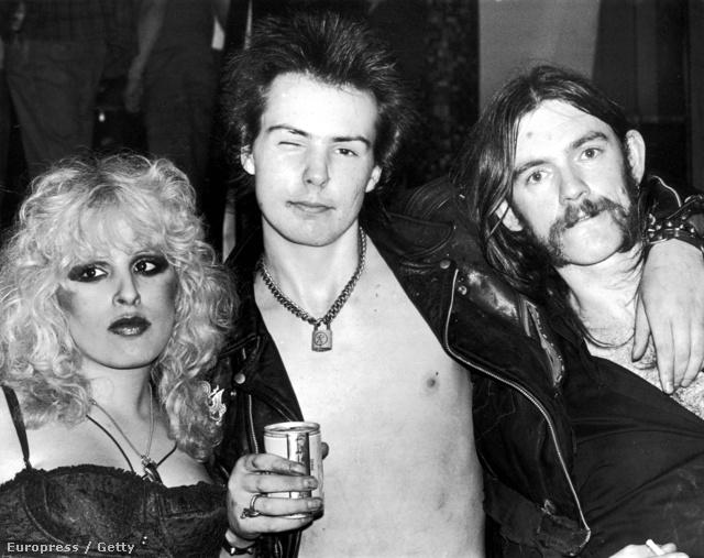 Lemmy Kilmister a Sex Pistols 21 évesen elhunyt frontemberével, Sid Vicioussal és annak 1978-ban meghalt barátnőjével, Nancy Spungennel.