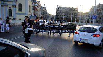 Tüntető egészségügyisek zárták le az Erzsébet hidat