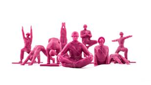 Látott már jógázó pink játékkatonákat?