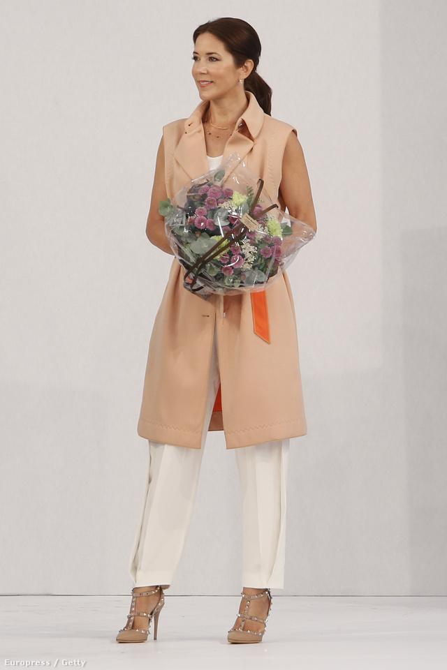 Ujjatlan kabátban és szegecsekkel kirakott Valentino cipőben a koppenhágai divathéten.