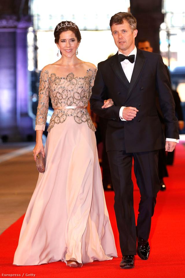 Mária hercegnő egy amszterdami vacsorán mutatta meg, hogyan kell viselni a sokak által túlzásnak mondott tiarát.