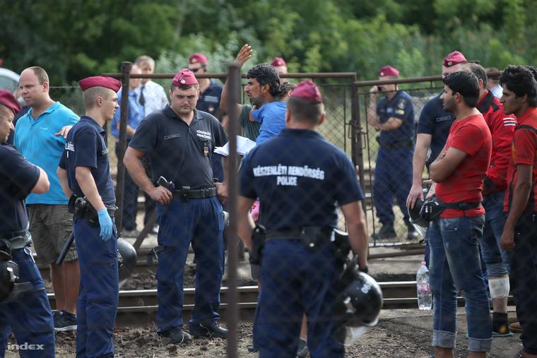 Rendőrök és menekültek a bicskei vasútállomáson.