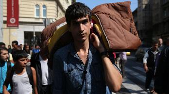 Sátrakkal és hálózsákokkal vonultak át a menekültek a Rákóczi úton