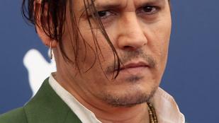 Vajon lát Johnny Depp a hajától?