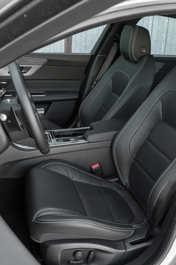 Gajdán Miki kollégám szerint ezek tisztára azok az ülések, mint az Opel Insignia ortopéd foteljei
