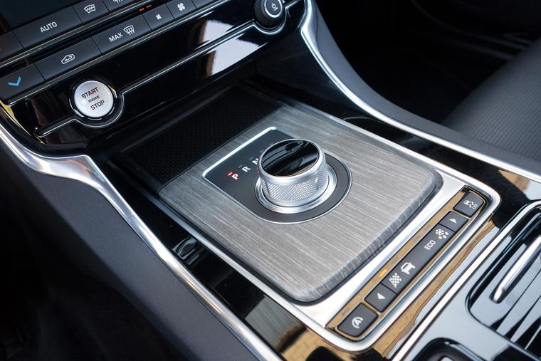 For Jaguar owners only: beindításkor kiemelkedik a tekerős előválasztó gomb