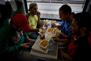 Ausztriában minden megállónál önkéntesek ugrottak fel a vonatra, és ruhát, takarókat, ételt osztottak. A menekültek dobozos kínai kaját is kaptak.