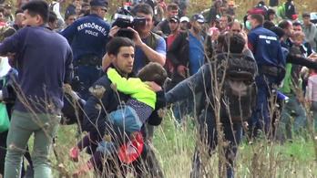 Áttört a rendőrsorfalon a tömeg Röszkénél