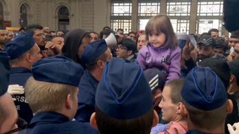 Előreengedik a rendőrök a gyerekeseket a Keletiben
