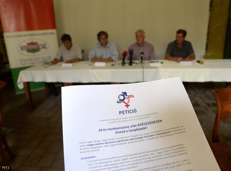 Petíció a férfiak 40 év munkaviszony utáni nyugdíjba vonulásáért indított népszavazási kezdeményezésről tartott budapesti sajtótájékoztatón 2015. július 17-én.