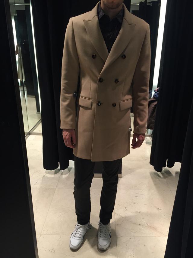 A Zara annyira diktálja a divatot, hogy már le is hagyta a 70-es éveket: a rojtokat és a hasított bőrt ne itt keresse! Cserébe vehet szép szövetkabátot - igaz, 47.995 forint az ára.