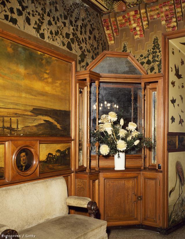"""""""A ház belső terében ismerhető fel igazán Gaudí stílusa. Az arab hatások különösen itt érzékelhetők, legfőképp az ún. Dohányzó szobában."""" - írja a wikipedia.org."""