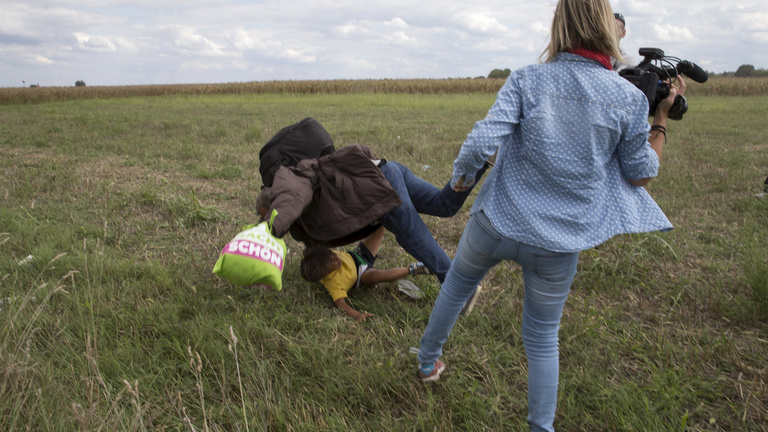 Kihallgatták a menekülteket rugdosó operatőrt