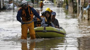 Százezer ember otthonát öntötte el az áradó japán folyó