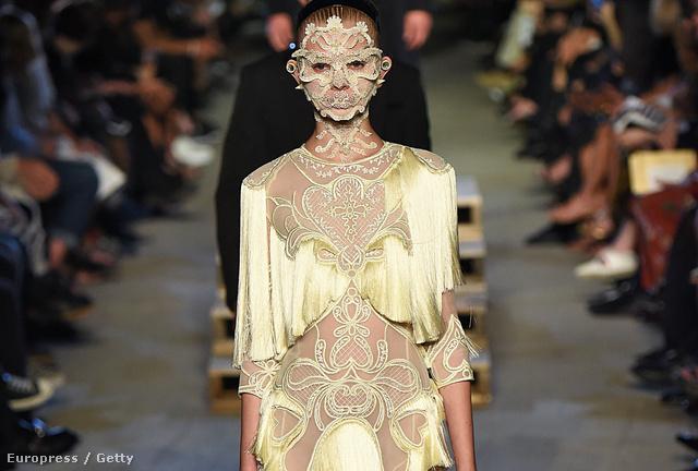 És akkor jöjjenek a ruhák! Szőke hajnak látszó díszítőelem a Givenchy nyári ruháján.