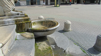 Veszélyesen elalgásodott a Vörösmarty téri ivókút