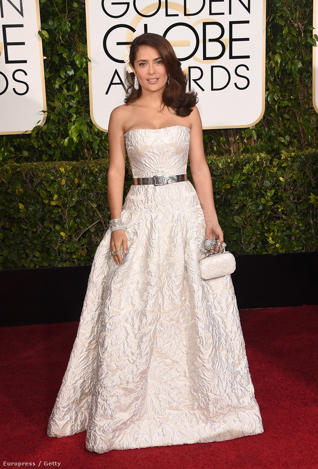 Salma Hayek szereti a Hamupipőkés estélyi ruhákat. Ezt az ezüst övvel átfogott fehér darabot a 72. Golden Globe Awardson viselte 2015 januárjában.