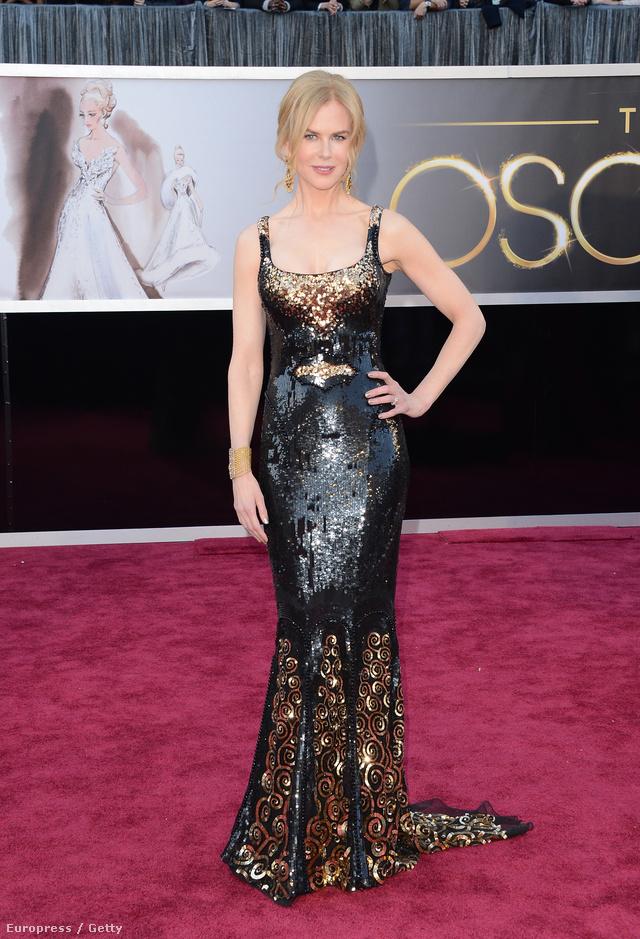 Nicole Kidman ebben a fekete-arany flitterekkel kirakott a 85. Oscar gálára 2013-ban. A klasszikus estélyit Mick Jagger 2014 márciusában váratlanul elhunyt barátnője, L'Wren Scott tervezte a színésznőnek.