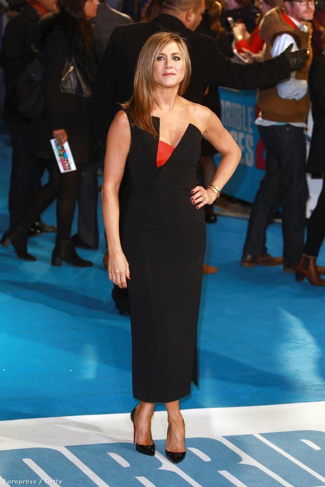 Antonio Berardi asszimetrikus nyakkivágású fekete ruhájában a Förtelmes főnökök második részének londoni premierjén.