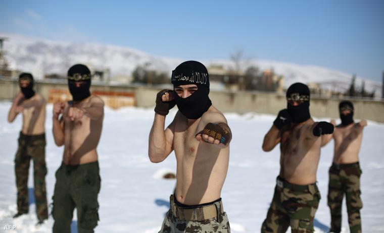 Az Iszlám Hadsereg katonái gyakorlatoznak Damaszkusz mellett (2015. január)
