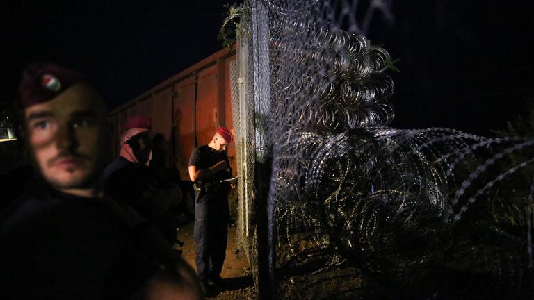 Lezárták rendőrsorfallal a határt Röszkénél