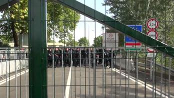 Rohamrendőrökkel néznek farkasszemet a menekültek Horgosnál