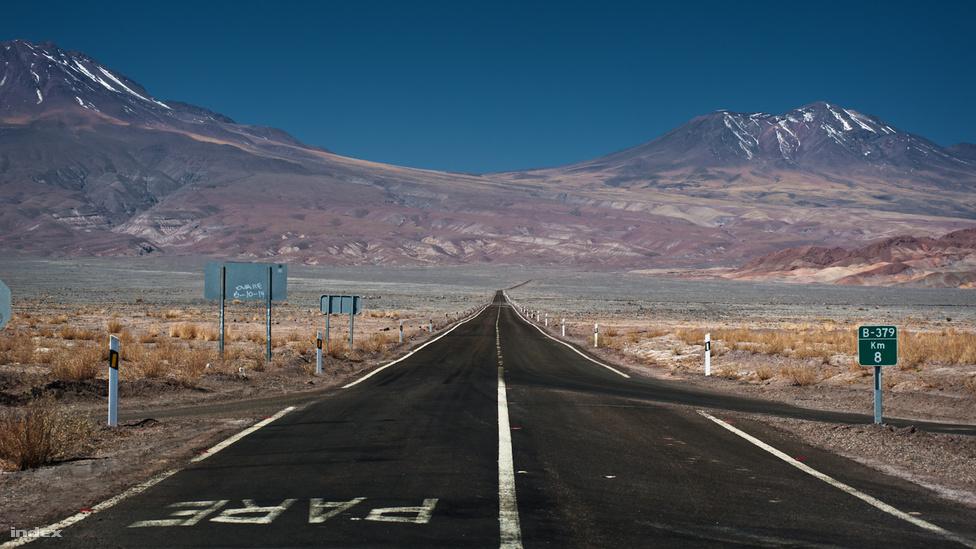Az Atacama-sivatag a Csendes-óceán és az Andok hegyei közé szorulva terül el hosszan, de keskenyen. Területe alig nagyobb, mint Magyarországé (nagyjából 105 ezer négyzetkilométer), de a formája inkább sültkrumpli, mint rántott hús: 1000 kilométer hosszú, de a legszélesebb pontján sincs 160 kilométer. Hosszában áthalad rajta a Panamericana (pánamerikai autópálya), ennek látható egy festői része.