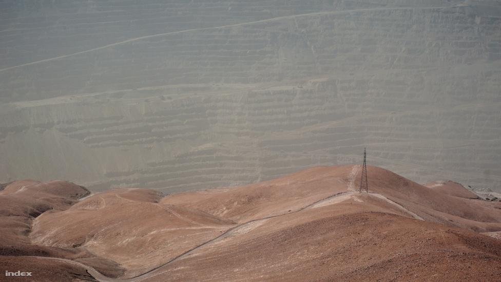 Ahogy a torony eltörpül a háttérben teraszosra szabdalt hegy bordái előtt, sejteti, hogy komoly nehézipar működik a térségben. Ez megint Chuquicamata, a világ legnagyobb nyíltszíni fejtésű rézbányája, ami a sivatag északi részén, Calama város melett található. 1882 óta folyamatosan működik, és még mindig vannak tartalékai - körülbelül félmillió tonna rezet bányásznak itt évente, több mint 2800 méterrel a tengerszint felett. A rézexport Chile gazdaságának egyik legfontosabb pillére..