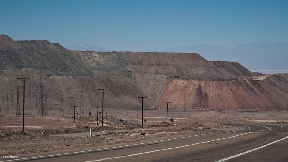 A hatalmas, 850 méter mély lyukkal rendelkező Chuquicamata rézbánya, ami megteremtett egy várost, majd felzabálta. A térségben 1910-ben indult  be igazán a rézbányászat, és éveken belül kisvárossá hízott az első bányásztelepesek faluja, Chuquicamata. Az ezredfordulóra viszont a bánya akkorára nyitotta már a száját, hogy kezdte elnyelni a várost, míg 2004-ben 18 ezer lakót köteleztek arra, hogy a 15 kilométerre levő Calama városába költözzenek. A bányászok többsége ma is onnan jár be, Chuquicamata szellemvárosát pedig lassan ellepi a termeléskor keletkező törmelék.